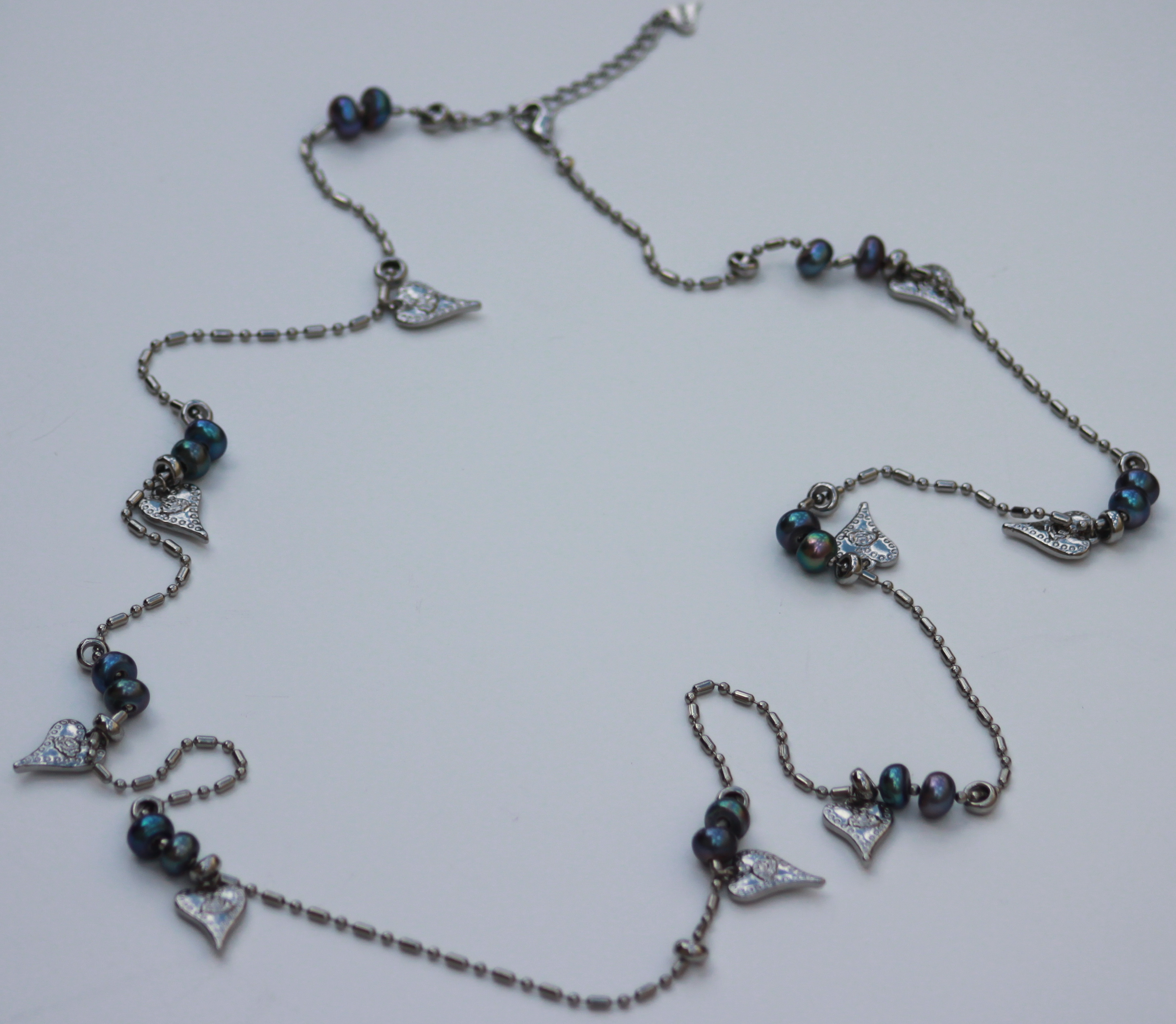Hjerter Long Necklace with Dark Blue Pearls